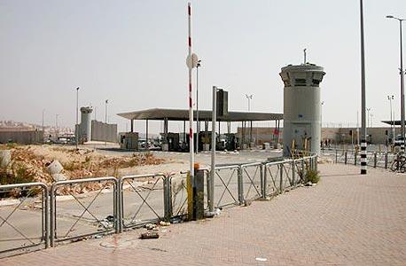 מבט מבחוץ על הכניסה לשדה התעופה. מיועד למגורים