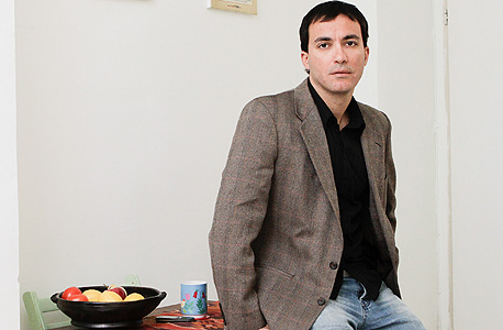 """גבריאל בוקובזה (37), ירושלים. פסיכולוג ומרצה באוניברסיטת תל אביב, רווק. """"גרתי עם שותפים, בקומונה, בזוג, ואז החלטתי לחיות בלי בית. שמרתי על בתים, התארחתי אצל אנשים. אחרי שנתיים עברתי לדירה משלי, בשביל העצמאות והתחושה הנעימה של שליטה על החיים שלי. יש לי חיים חברתיים עשירים, אבל אני כל הזמן יכול לחזור לקונכייה שלי"""""""