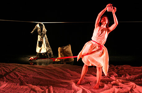"""יעל קרוון: """"הנדודים הם חלק בלתי נפרד מהמקצוע. כך פועלות קבוצות התיאטרון מאז ומעולם: קרוואנים שנוסעים מכפר לכפר, מרימים הופעה, מקפלים אותה וממשיכים לכפר הבא"""""""