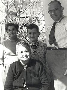 1955. אהרן צ'חנובר, בן 8, עם הוריו יצחק ובלומה וסבתו אסתר לובשבסקי (יושבת), חיפה