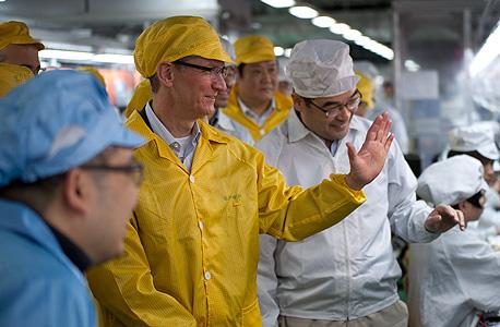 """טים קוק, מנכ""""ל אפל, בביקורו במפעלי החברה בסין ב-2012, צילום: בלומברג"""