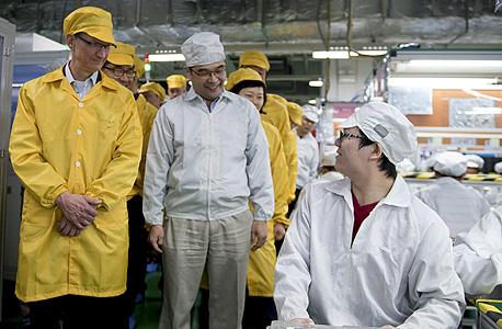 """מנכ""""ל אפל, טים קוק, מבקר במערך ייצור אייפונים בסין"""