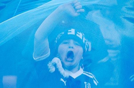 """אוהד כדורגל צעיר. . """"זה נחמד להיזכר בכדורגל"""", אמר חולה אלצהיימר ל־""""The Blizzard"""". """"זה לא קל להיזכר בדברים נחמדים אבל הכדורגל עוזר""""., צילום: איי פי"""