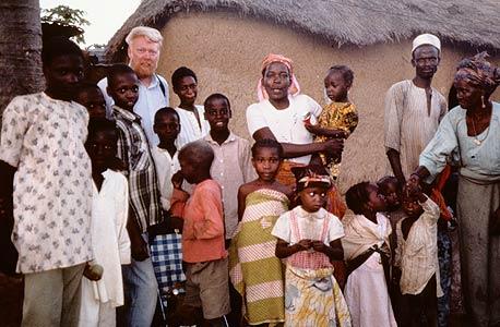 """מק'קנל באחת מנסיעותיו לאפריקה. """"מונומנטים ונופים ללא אנשים אינם מותירים חותם"""""""