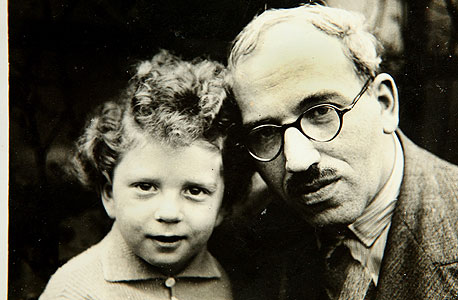 1939. אפרים הלוי, בן חמש, עם אביו אליעזר בלונדון