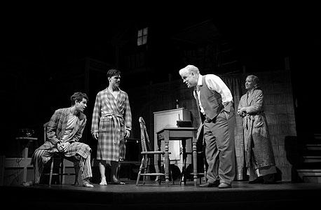 """הופמן בתפקיד ווילי לומן (שני מימין) מתעמת עם גארפילד המגלם את בנו, ביף (משמאל), בהפקה החדשה של """"מותו של סוכן"""". """"זה בדיוק הזמן הנכון בשביל המחזה הזה"""" אומר הבמאי מייק ניקולס"""
