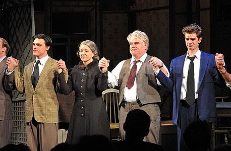 """הקאסט של """"מותו של סוכן"""" בסוף ההצגה (מימין: גארפילד, הופמן, לינדה אדמונד, פין וויטוורק). """"זוהי פסגת הקריירה של ניקולס"""", פסק """"הוול סטריט ג'ורנל"""""""