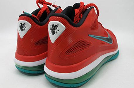 נייקי של לברון ג'ייימס. הנעל השכיחה יותר בליגה היא נייקי היפרדאנק 2013