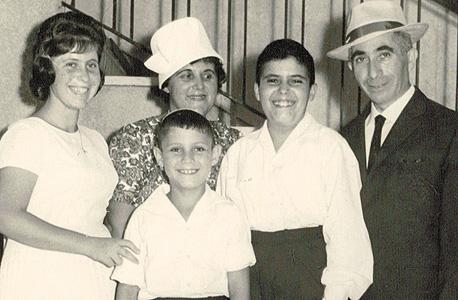 1964. מוטי זיסר (8, במרכז), עם הוריו משה יצחק ומלה ואחיו אהרון (13) וחדוה (16)