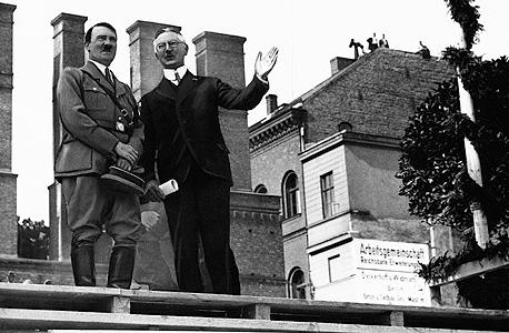 היטלר עם הייאלמר שאכט, שר הכלכלה הנאצי שהקים את בנק BIS