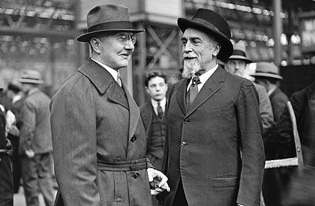 שאכט (משמאל) ומונטגיו נורמן. הנגיד הבריטי שיבח את פעילות הבנק