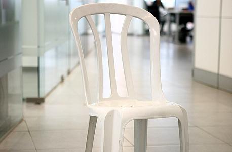 """כיסא כתר פלסטיק. """"נדיר למצוא אותם לבד"""""""