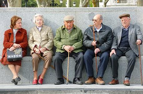 קשישים במדריד ליד ארמון המלך