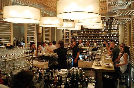 איך הפכו הברים מתחנות מעבר במסעדות לאלמנט מרכזי