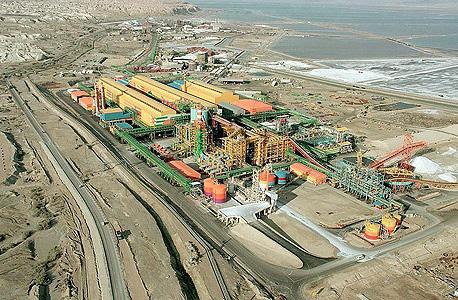 מפעלי ים המלח.  30%-40% מירידת מפלס האגן הצפוני של ים המלח (1.2 מטר בשנה) נגרמים כתוצאה משאיבת המים לבריכות האידוי של מפעלי ים המלח