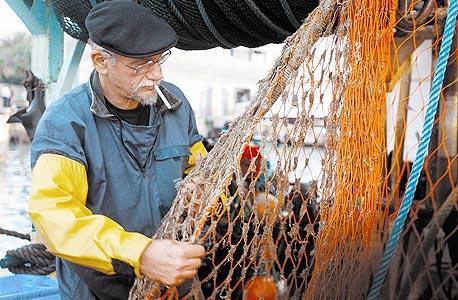 במשרד החקלאות מתנהגים כאילו דגי הים כבר נכחדו. ההשקעה היא בטכנולוגיות חדשות לגידול דגים בכלובים, ובתחום הדיג הימי אפילו לא אוכפים את התקנות הקיימות. עכשיו מבטיחים שזה ישתנה