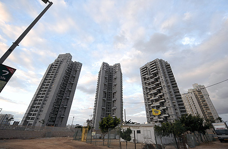 בנייני מגורים בבת ים. צריך 274 משכורות כדי לרכוש דירה