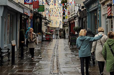תושבי מונמאות' צועדים בשבוע שעבר ברחוב המבורקד. לכל פיסת מידע ראויה לציון בעיירה יש ערך במונמאות'פדיה וברקוד ששולף אותו