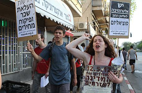 צועדים ברחובות תל אביב, הערב, צילום: אריאל בשור