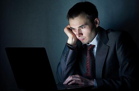 עייפות. שימוש בנייד בשעות הלילה עלול לשבש את מחזור השינה