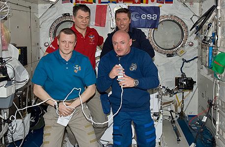 """ליצור אור יום בחלל. מנורות שייצרו אור יום טבעי מפותחות כיום על ידי ד""""ר ג'ורג' בריינרד עבור תחנת החלל הבינלאומית, במטרה לאפשר לאסטרונאוטים לשמור על מחזור ערות ושינה של 24 שעות"""
