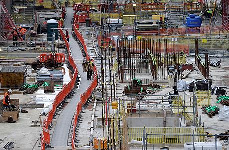 בניית קו קרוסרייל  ברכבת התחתית בלונדון. הרציפים יוארו באור שמים מלאכותי וממריץ