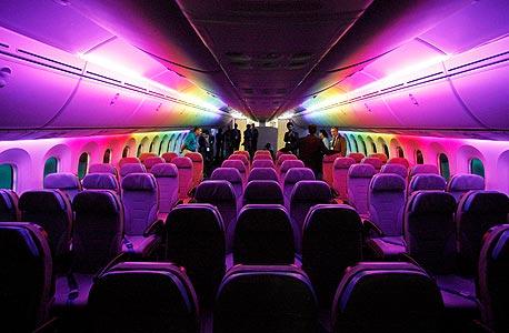 אור כחול לטיסה נעימה. מטוסי בואינג דרימליינר החדשים כוללים מערכת תאורה שמאפשרת לשחזר בתא הנוסעים אור טבעי שאופייני ליממה שלמה, וכך להקל עליהם להסדיר את מחזורי השינה