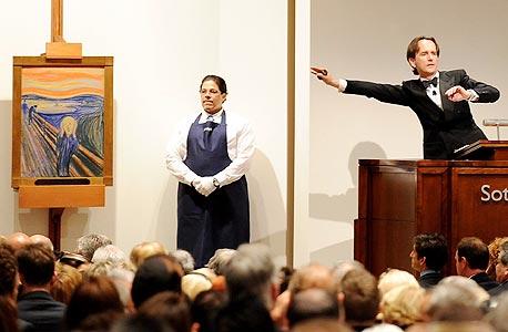 """מאייר (מימין) מנהל את מכירת """"הצעקה"""" של מונק תמורת 120 מיליון דולר במאי 2012"""