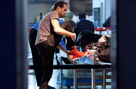 """בדיקת נעלים בנמל התעופה JFK בניו יורק. """"לא יעילה"""", צילום: רויטרס"""