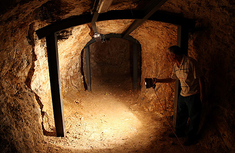"""אבנר רג'ינאנו בפתח המנהרה. """"אני קשור לזה נפשית"""""""