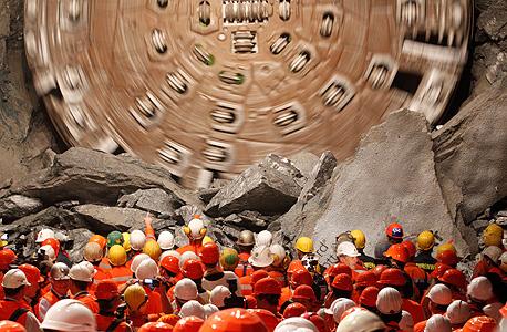 מכונת הכרייה פורצת את הקטע האחרון במנהרת גוטהרד. 58 ראשי חפירה שקודחים בלחץ של 26 טונות