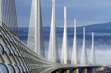 כל אחד מכבלי הפלדה שמעגנים את הגשר עשוי מ-91 כבלים קטנים יותר, שניתנים להחלפה בכל רגע