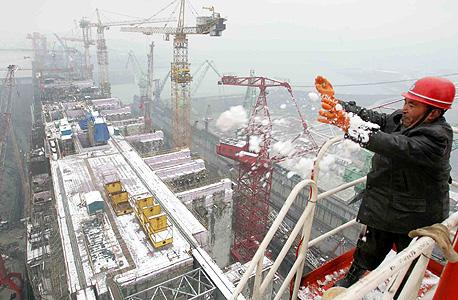 """בנייה בסין. """"האטת היצוא מפעילה לחץ על הכלכלה"""", צילום: איי אף פי"""