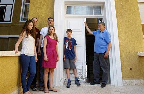 נעמה, אנטוני, אווה, עזיז, אנדרי ומריה סווידאן בכניסת ביתם המשותף