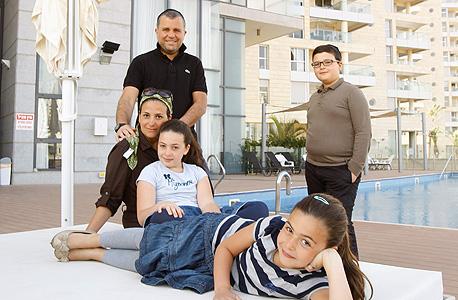 משפחת פרץ בבריכה במגדל בנתניה