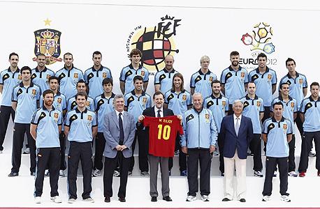 הפאדיחה הספרדית: הסמל שעל חולצת הנבחרת שייך לבית המלוכה הצרפתי
