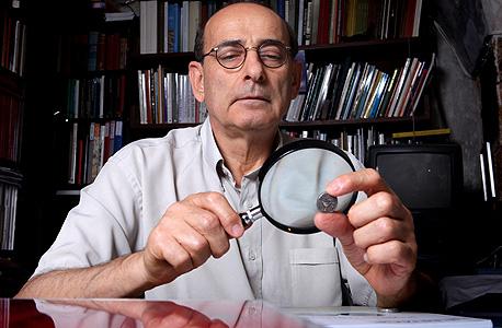 """מומחה העתיקות רוברט דויטש. כל 1,200 המטבעות שדויטש מיפה במצב מצוין, רובם נמצאו ב""""מטמונים"""" שהוחזקו בידי כוהנים"""