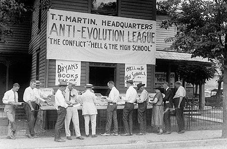 מכירת ספרים ששוללים את האבולוציה ב-1925