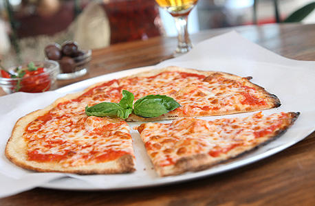 פיצה מרגריטה. בצק דק בנוסח דרום איטליה, חרוך מעט בתחתית