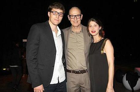 רון רוטר (מימין) עם אביו גבי רוטר ובת זוגו עדי