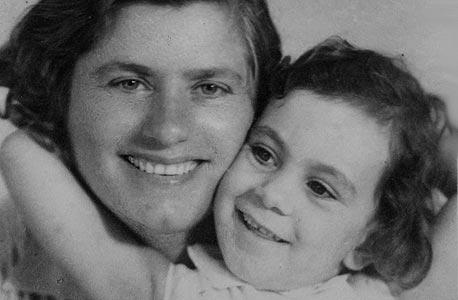 1945. אילה פרוקצ'יה, בת ארבע, עם האם יפה בביקור המשפחה בתל אביב