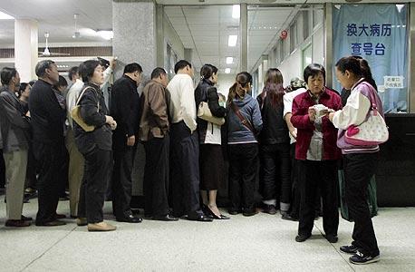 בבית החולים יוניון בבייג'ינג עומדים חולים בתור לרופא, לפעמים ימים שלמים. לצדם עומדים ספסרים, שמוכרים את מקומם לכל המרבה במחיר