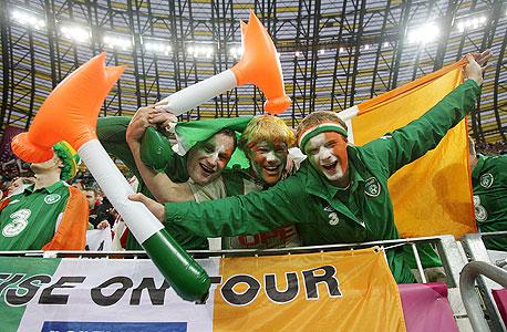 אוהדי נבחרת אירלנד. מה שמדהים בגלי האוהדים האירים זה שזה לא ספונטני לחלוטין. יש סוכני נסיעות מיוחדים שעובדים עם ההתאחדות ועם ארגוני האוהדים האיריים. הסוכנים המובילים הם שחקני עבר, וההתאחדות עושה מאמצים כבירים כדי לסייע בהנחות, במציאת מלונות, המלצות ועוד