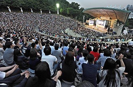 """סנדל מדבר בפני 14 אלף איש באצטדיון בדרום קוריאה. מאז 1980 הוא מעביר את הקורס הפופולרי באוניברסיטת הרווארד, המכונה בפשטות """"צדק"""""""