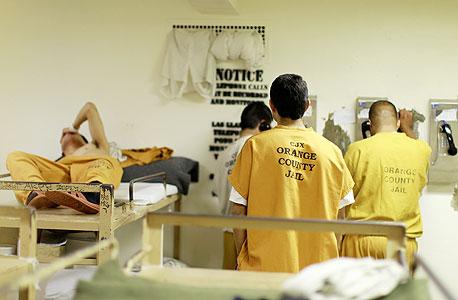 כלא בסנטה אנה בקליפורניה מצא דרך מקורית להילחם בצפיפות ובמצוקה התקציבית: אסירים לא אלימים יכולים לשלם 82 דולר ללילה ולקבל תא נקי ושקט, הרחק מהאסירים הלא משלמים