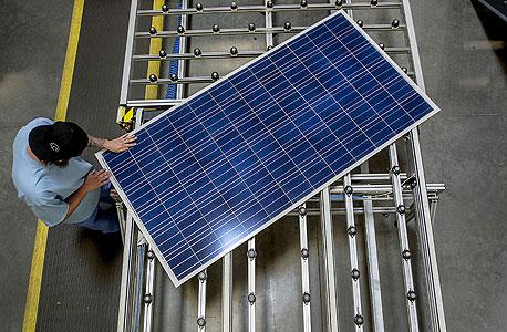 לוח סולארי. יועצי מכירות המשכנעים אנשים לנצל את אנרגיית השמש
