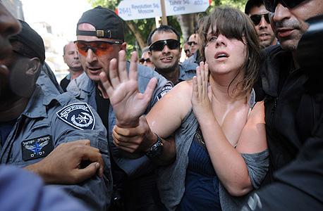 השוטרים עוצרים את דפני ליף, צילום: ירון ברנר, ynet