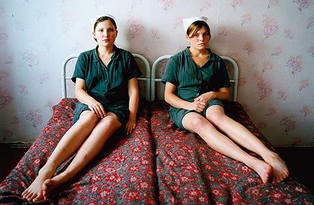 לנה וקטיה. כלא לעברייניות צעירות, אוקראינה, 2009 , צילום: מיכל חלבין