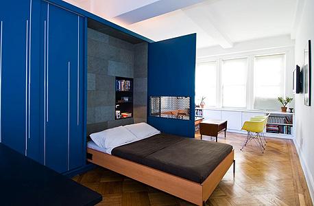 """המכולה הכחולה שהופכת חלל של 42 מ""""ר לחדר משוכלל המשתנה לפי הצורך"""