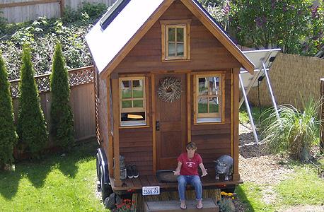 """די וויליאמס מארחת על מדרגות ביתה. """"הבנתי כמה קל בעצם לבנות בית"""""""